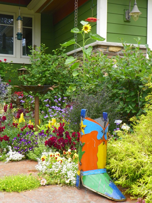 Heidi's entry garden sports a giant cowboy boot -- an homage to her cowboy hubby.